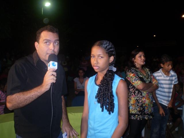 A estudante Fernanda durante entrevista a TV ARAÇUAÍ